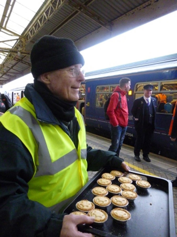 Andrew-giving-out-mince-pies2